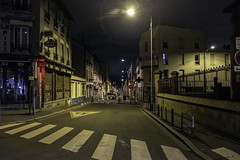 UNE VILLE LA NUIT (jean-fabien) Tags: montreuil 93 seinesaintdenis banlieue grandparis paris france suburb architecture buildings immeubles habitat rue street ville territoire route road urbanlandscape nightphoto night nuit mood atmosphere urbanisme urbanlights iledefrance fujifilm x100f 35mm jeanfabienleclanche lumière lights shadows colors dark