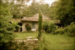 Bucolisme (JDAMI) Tags: bucolisme ruralité campagne maison végétation arbres porte lahonce paysbasque 64 pyrénéesatlantiques aquitaine nikon d600 tamron 2470 herbe gazon tuiles arbustes