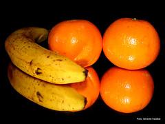 Reflejos (gerardoirazabalvalledor) Tags: reflejos espejo naranjas bananas bodegón bodegones exhibición retrato uruguay uruguayo irazábal panasonic fz fotografía gerardo lumix valledor montevideo 70 72