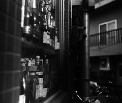 鎮痛 (analgesia) (Dinasty_Oomae) Tags: ナショナルグラフレックス nationalgraflex グラフレックス graflex 白黒写真 白黒 monochrome blackandwhite blackwhite bw outdoor 東京都 東京 tokyo 瓶 ビン bottle 港区 minatoku