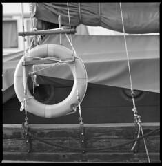 stays (ukke2011) Tags: hasselblad503cw sonnar1504cf ilforddelta100 kodak hc110 analog analogico film pellicola 120 6x6 square mediumformat bw blackandwhite bianconero monochrome harbor porto boat barca salvagente lifebuoy