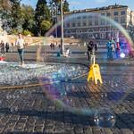 Sicht durch eine Seifenblase auf dem Piazza del Popolo in Rom thumbnail