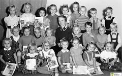 tm_6015 - Söndagsskola (Tidaholms Museum) Tags: svartvit positiv fotografier gruppfoto tidning soldat soldier newspaper skola skolelever school salvationarmy barn frälsningsarmén