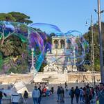 Riesige Seifenblasen schweben über dem Piazze del Popolo in Rom thumbnail