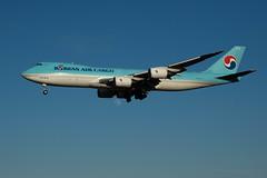 HL7617と月 (edo420) Tags: d5 airplane 飛行機 ひこうきの丘 hl7617 大韓航空 貨物機 boeing ボーイング b747 月 moon 成田 narita 成田空港 japan