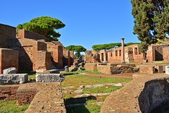 Rome / Ostia Antica / Ruins (Pantchoa) Tags: rome italie ostia ostiaantica ruines maisons murs briques pierres antiquités ruinesromaines ciel bleu arbres pins herbe perspective colonne