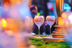 Las copas de Ada (de noche) (Fnikos) Tags: plaça plaza street ajuntament santjaume table glass plate lamp decoration christmas building night nightview nightshot dark light colours reflection bokeh people outdoor