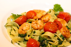 Garnelen mit gegrillten Partytomaten auf Tagliatelle mit Blattspinat (PH0T0NAT0R) Tags: shrimps garnelen tagliatelle spinach snacktomatoes macro food foodmacro