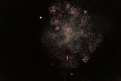 Nachthimmel beleuchtet durch Feuerwerksraketen zu Silvester in Overveen, Niederlande