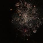 Nachthimmel beleuchtet durch Feuerwerksraketen zu Silvester in Overveen, Niederlande thumbnail