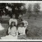 Archiv S82 Familienfoto im  Freien, 1920er thumbnail
