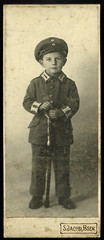 Archiv R861 WWI, Kind als Soldat, Posen, 1914-1918 (Hans-Michael Tappen) Tags: archivhansmichaeltappen kind uniform wwi säbel 19141918 vintage soldatenkleidung sjacobiposen atelierfoto atelierphoto