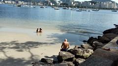melhor ficar aqui (lucia yunes) Tags: urca praia mar espera expectativa aguardar seascape beach sea people luciayunes mobilephoto mobilephotographie motozplay