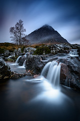 buachaille etive mòr I, scotland (Tafelzwerk) Tags: buachailleetivemor scotland schottland uk highlands mountain mountainside berg berge wasserfall waterfall water wasser fluss river loch see langzeitbelichtung longtimeexposure wolken clouds tree baum landscape landschaft nikon d810 1635mm herbst winter autumn sunrise sunset sonnenaufgang sonnenuntergang bluehour blaue stunde