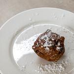 Niederländische Spezialität Oliebol mit Puderzucker bestäubt auf weißem Teller thumbnail