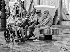 Compartiendo recuerdos (Dopior) Tags: grupo hombre sociales
