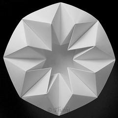 181118 onbm 181119 © Théthi (thethi: pls read my first comment, tks) Tags: origami art pliage papier macro japon bruxelles brussels belgique belgium nb bw carre c4 macromondays centersquarebw