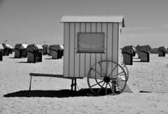 Umkleidekabine / Changing cubicle (Lichtabfall) Tags: schwarzweiss monochrome blackandwhite einfarbig sw bw ostsee balticsea küste coast strand beach travemünde rad wheel