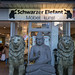 Schwarzer Elefant - Möbelgeschäft mit Statuen davor