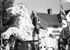 tm_6101 - Tidaholm, Västergötland (Tidaholms Museum) Tags: svartvit positiv frisersalong stadsgata tidaholm häst parad parade horse barber nationflagga