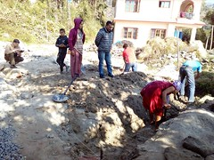 Les bénévoles soutiennent les équipes locales (infoglobalong) Tags: bénévolat humanitaire stage bâtiment construction reconstruction catastrophe séisme tremblementdeterre maison structure chantier asie népal