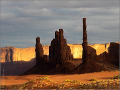 La rebelion de la luz (Nufus) Tags: olympus omdem1 microed40150 lucesysombras atardecer agujas erosion desierto oeste parquenatural indios navajos monumentvalley eeuu
