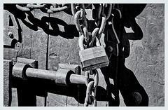 Pentax Auto 110 (1978) (Black and White Fine Art) Tags: pentaxauto1101978 perntax11050mmf28 pentaxmini pentax formato110 110format formatopequeño smallformat cadena chain candado lock sanjuan oldsanjuan viejosanjuan puertorico bn bw