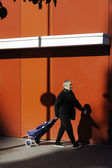 street et rouge (Rudy Pilarski) Tags: street nikon red rouge urbain urbano urban paris france francia d7100 dowtown people personne color couleur city colour ciudad capitale ombres shadow