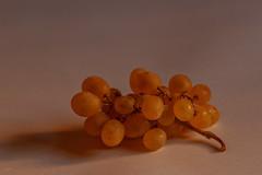 Uvas (Jesús Emilio Monje) Tags: uvas grapes macro frutas fruits luzdorada