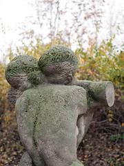 Das Paar. / 12.11.2018 (ben.kaden) Tags: berlin karlshorst römerweg kunstderddr kunstimstadtraum kunstimöffentlichenraum jürgenraue paar 1982 skulptur bildhauereiderddr 2018 12112018 torso