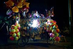 Globos (mavricich) Tags: gente trabajo color pentax agfa osawa 28mm film noche exterior plaza luces luz calle street