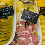 Marinierte Rinderlenden in einem Restaurant in Rom thumbnail