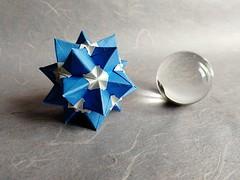 Sky Scraper Kusudama (U. Rosyidhi) (Helyades) Tags: origami pli pliage fold carré square modulaire bicolore papier paper ioio ioio2018 rosyidhi sky scraper