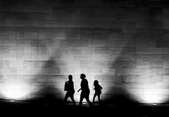 El escape, Santiago de Chile (Mario Rivera Cayupi) Tags: planart1450 lentezeiss 50mm14 canon80d bw blancoynegro santiagodechile zeisslens blackandwhite wall building scape escape people gente caminar paseo walking noche night