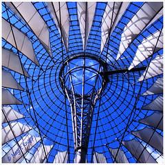 Blick in den Himmel über dem Sony Center Dach (magritknapp) Tags: sonycenter dach himmel roof sky toit ciel tejado cielo telhado céu tetto dak hemel tak himlen tag