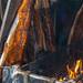 Herstellung von Flammlachs - Fischhälften hängen über offenem Feuer am Neumarkt in Köln