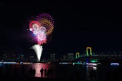 Odaiba Fireworks, Tokyo, Japan (runslikethewind83) Tags: japan tokyo odaiba nihon japon bay night fireworks hanabi pentax rainbowbridge city はなび 花火 お台場 東京 色 アジア 日本 年末 nippon tokio people asiatico 일본