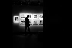 (fernando_gm) Tags: estocolmo suecia fotografiska fotografia museum museo monochrome monocromo monocromatico blackandwhite bw blancoynegro street shadow lights luces sombras people person persona gente human hombre humano art arte sweden fuji fujifilm 1024mm xt1