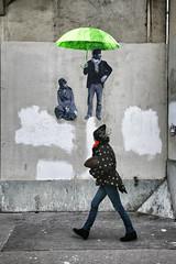 Le parapluie vert // The green umbrella (erichudson78) Tags: france iledefrance paris1er rueberger streetphotography streetart scènederue canonef24105mmf4lisusm canoneos5d parapluie umbrella mur wall personne people