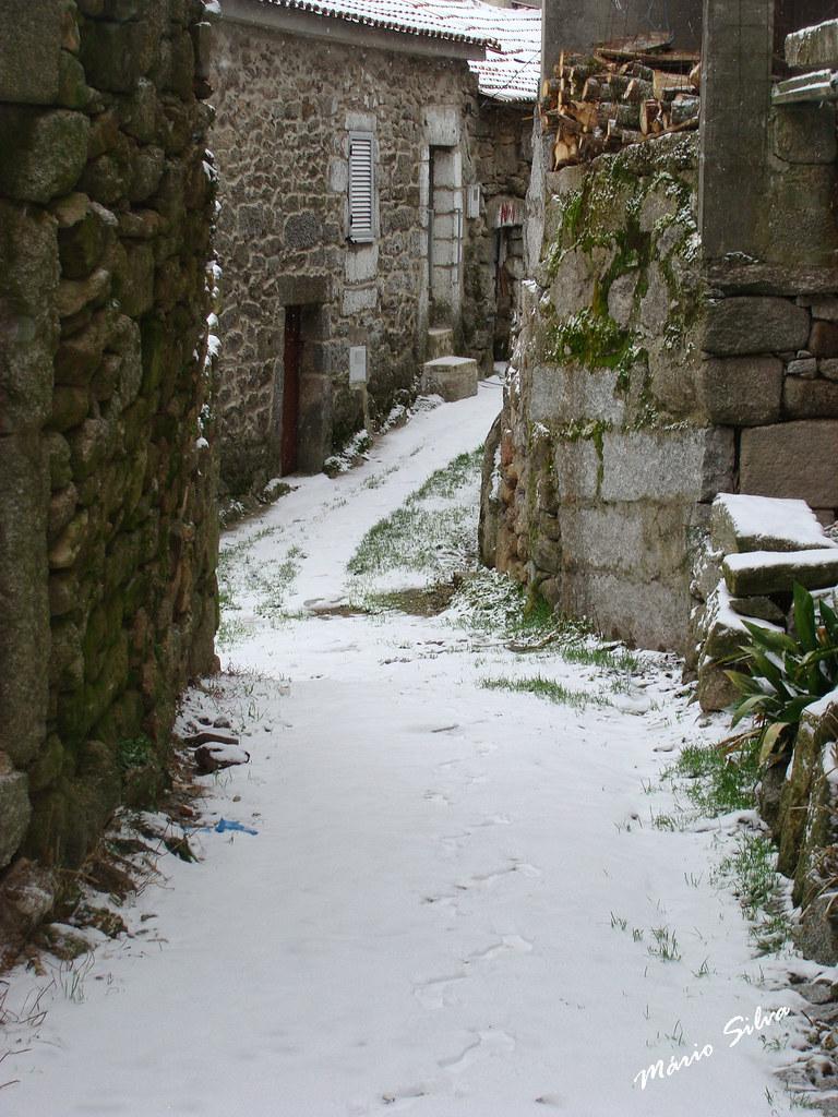 Águas Frias (Chaves) - ... e a neve cobre de branco o caminho ...